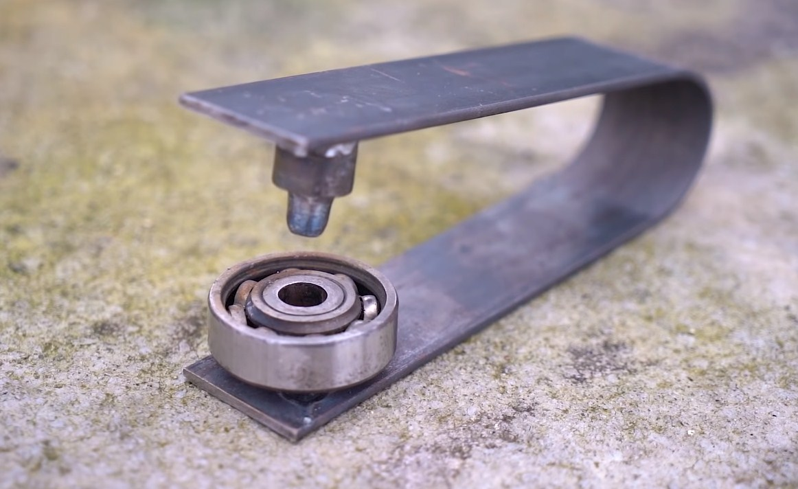 Самодельный инструмент для из стальной полосы, подшипника и петли, для проделывания отверстий в металле
