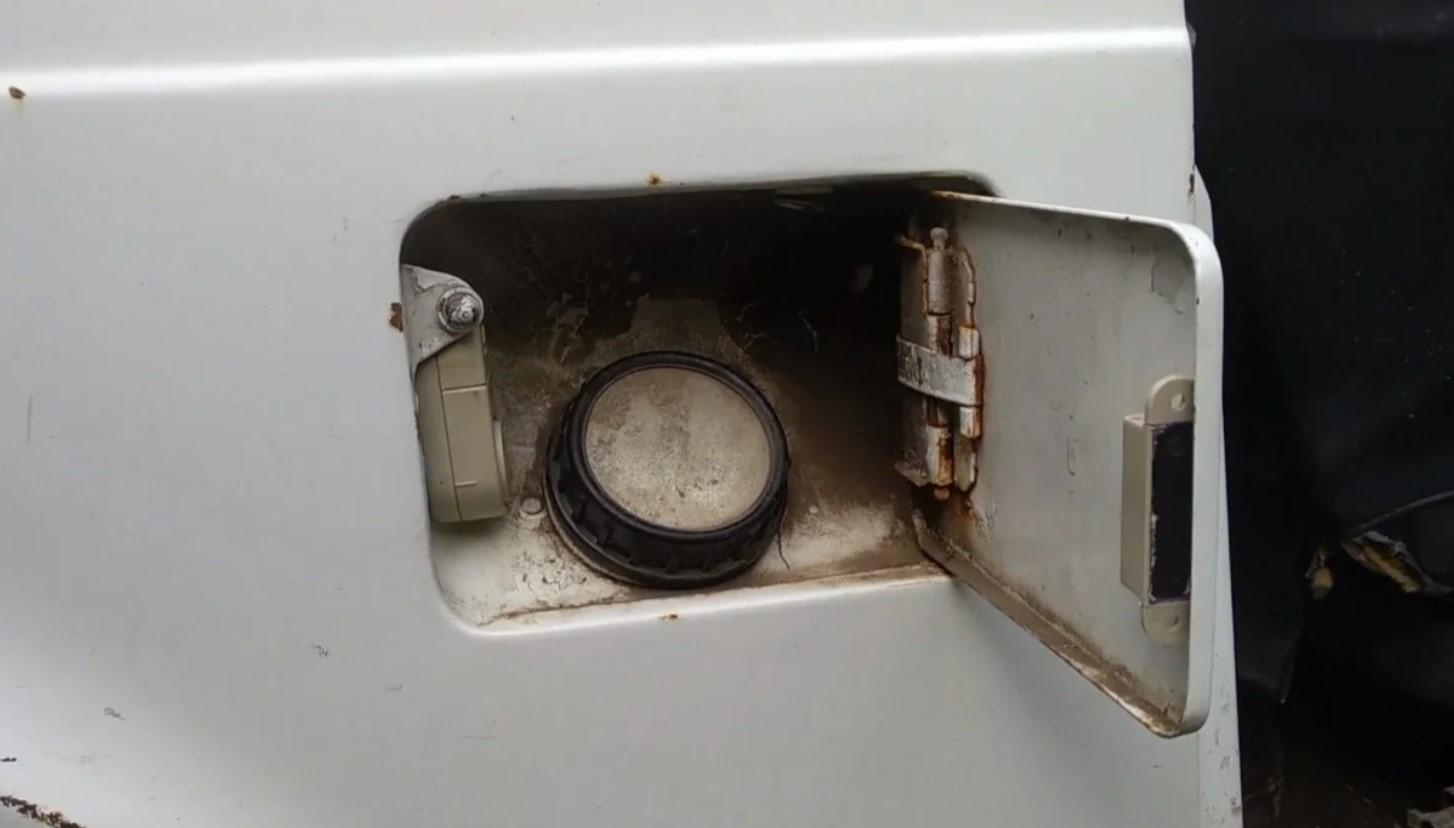 Заливная горловина бака автомобиля НИВА 2121 с установленной сигнализацией