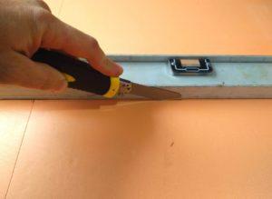 Отрезаю пеноплекс строительным ножом